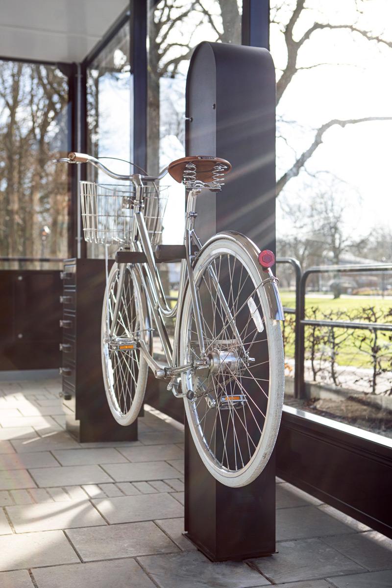 pyöränhuoltopiste nostettu ylös kannatinpisteille