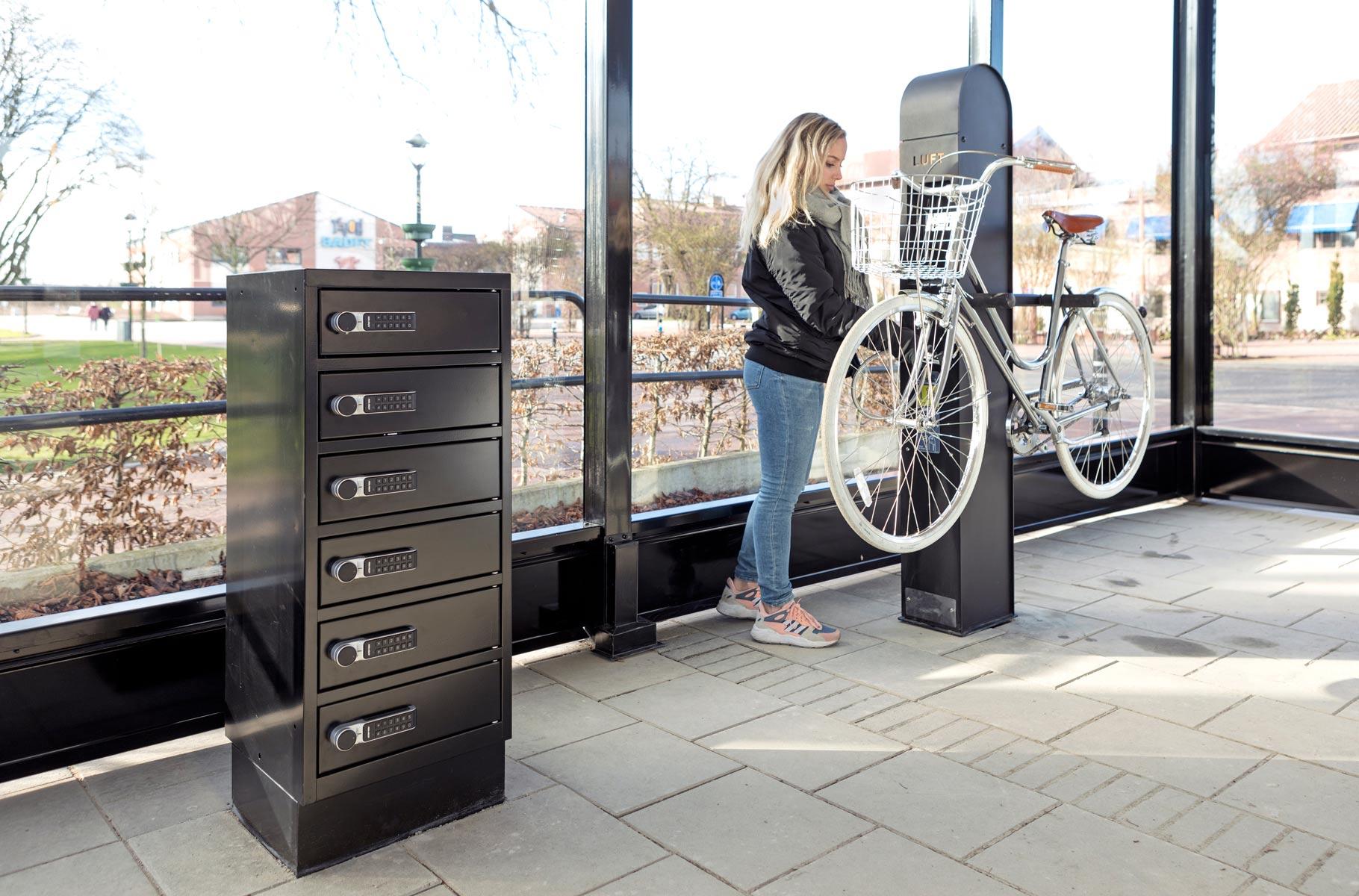 sähköpyörien latatauspiste ja pyöränhuoltopiste pyörähallissa