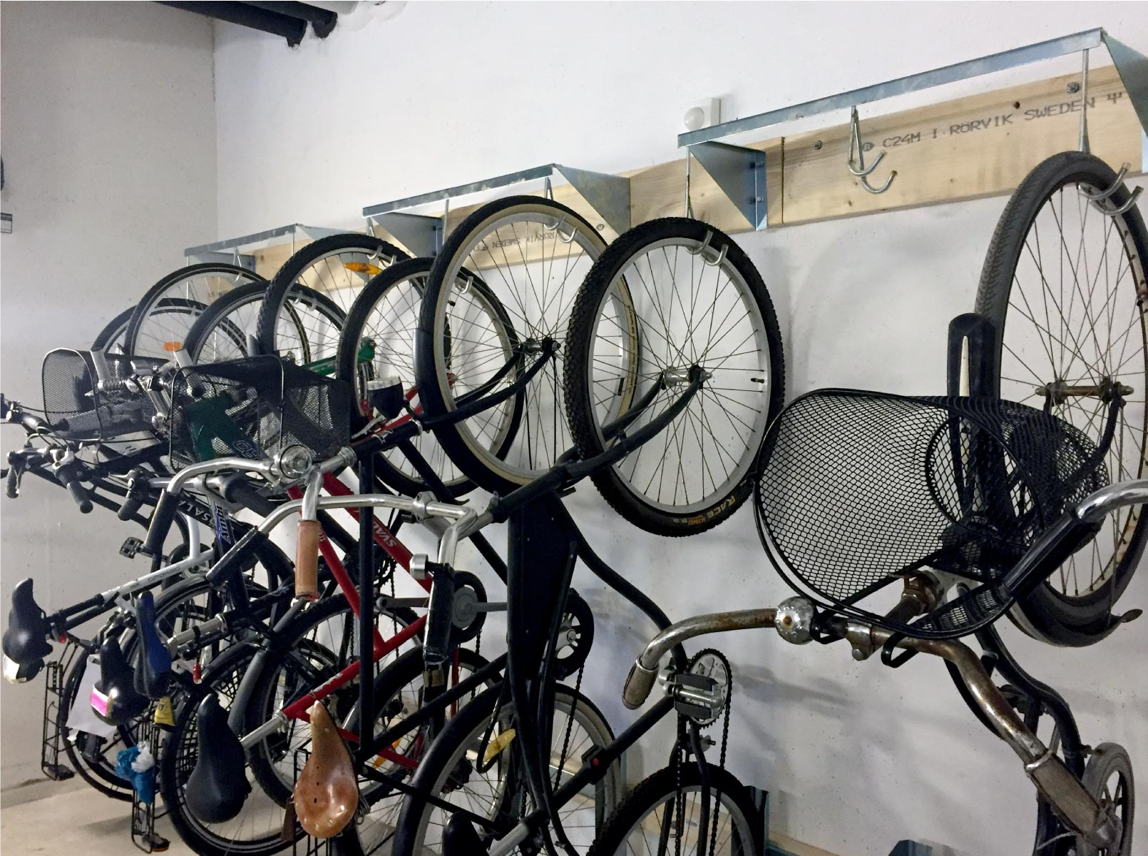 Pyöräteline Rotoflex jossa pyörä ovat pystyasennossa karuselli tyyppisessä telineessä, takrarengas pysyy omassa kourussa joten pyörät ei silloin heilu tai tönii