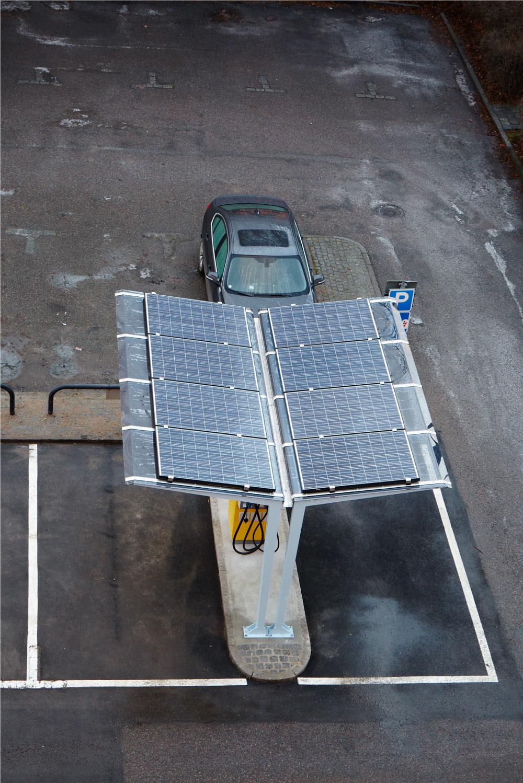 sunlight sääsuoja joss aurinkokennot katoksen päällä, sääsuojana latausasemien sähköautoille