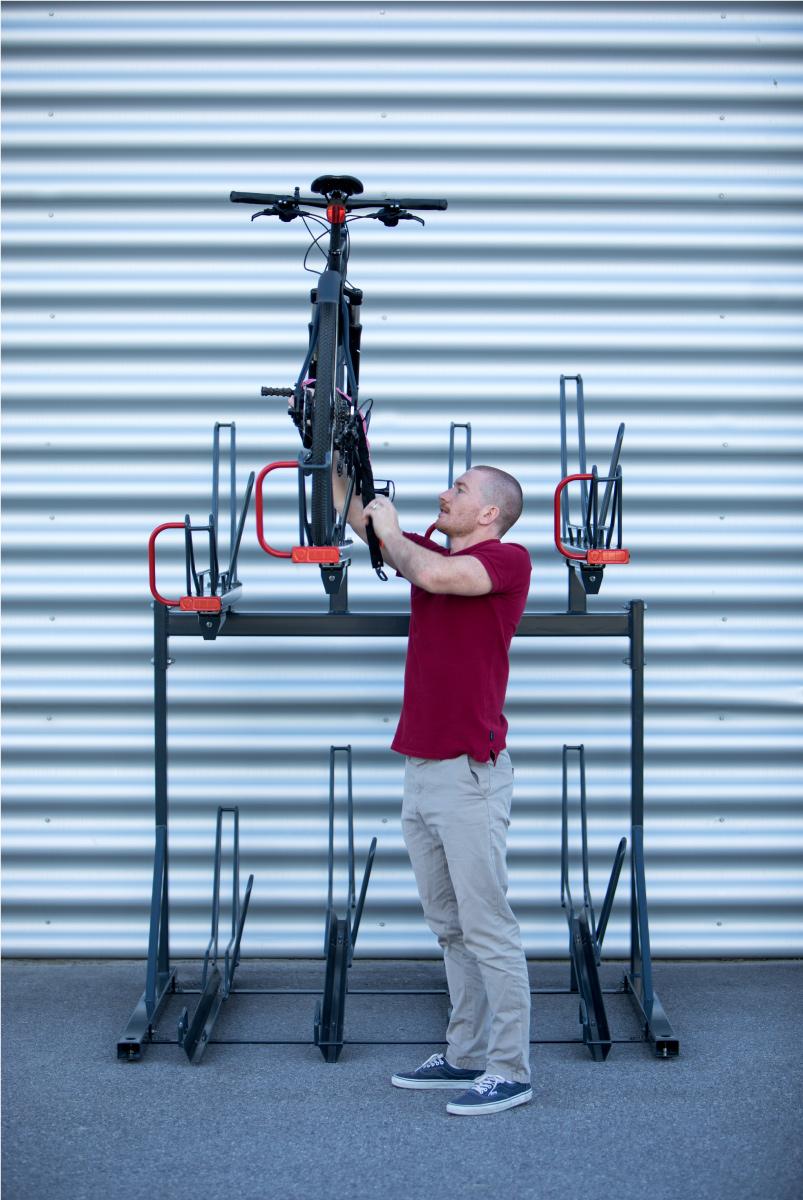 Cyklos OPTIMA kaksikerros pyöräteline. 2-kerros teline runkolukituksella kuumasinkittynä tai maalattuna, pyöräilijä kiinnitttä pyöränsä runkolukolla kaareen