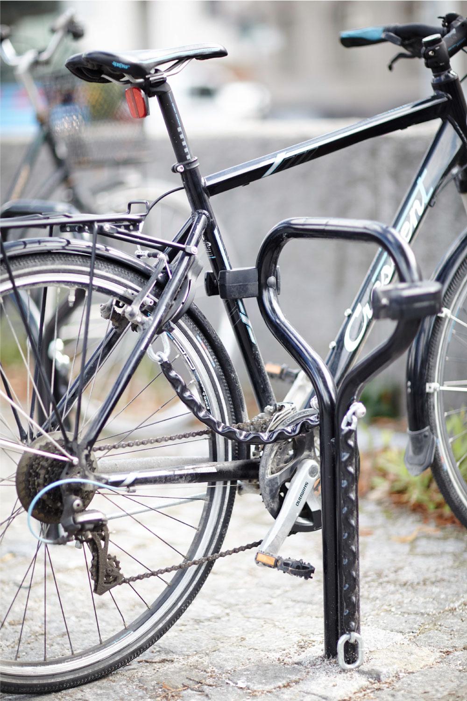 Cyklos Beta pyöräteline ja polkupyörä kiinntetty pidikkeeseen ja kettinkiin