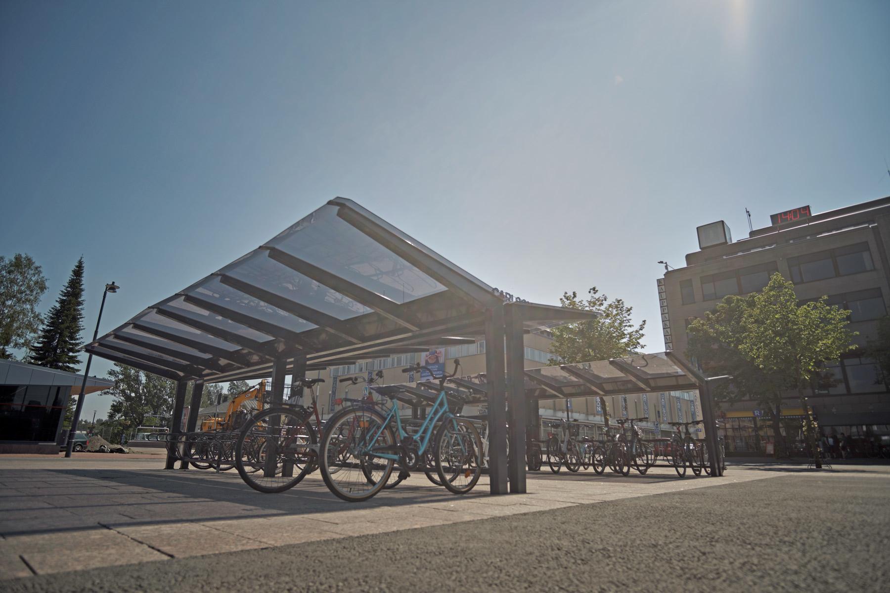 Pyöräkatokset Joensuun torilla Cyklokselta, kaksipuolinen LIGHT ja kaksipuolinen pyröäteline DELTA.