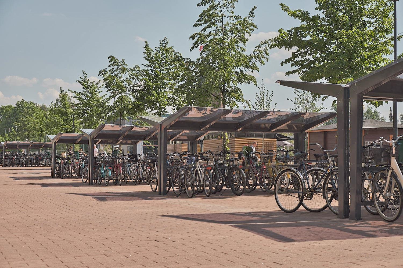 Pyöräkatokset Joensuun Siltakadulla Cyklokselta, kaksipuolinen LIGHT ja kaksipuolinen pyröäteline DELTA.