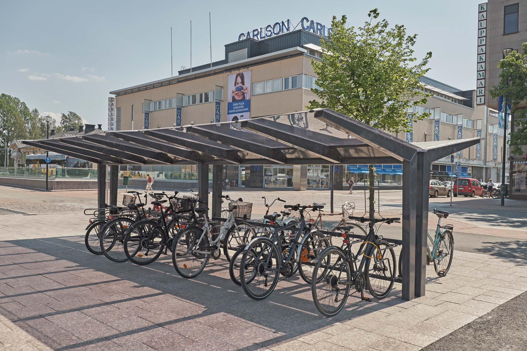 Pyöräkatos harmaana LIGHT Cyklokselta pyöräteline Deltalla Joensuu torilla.