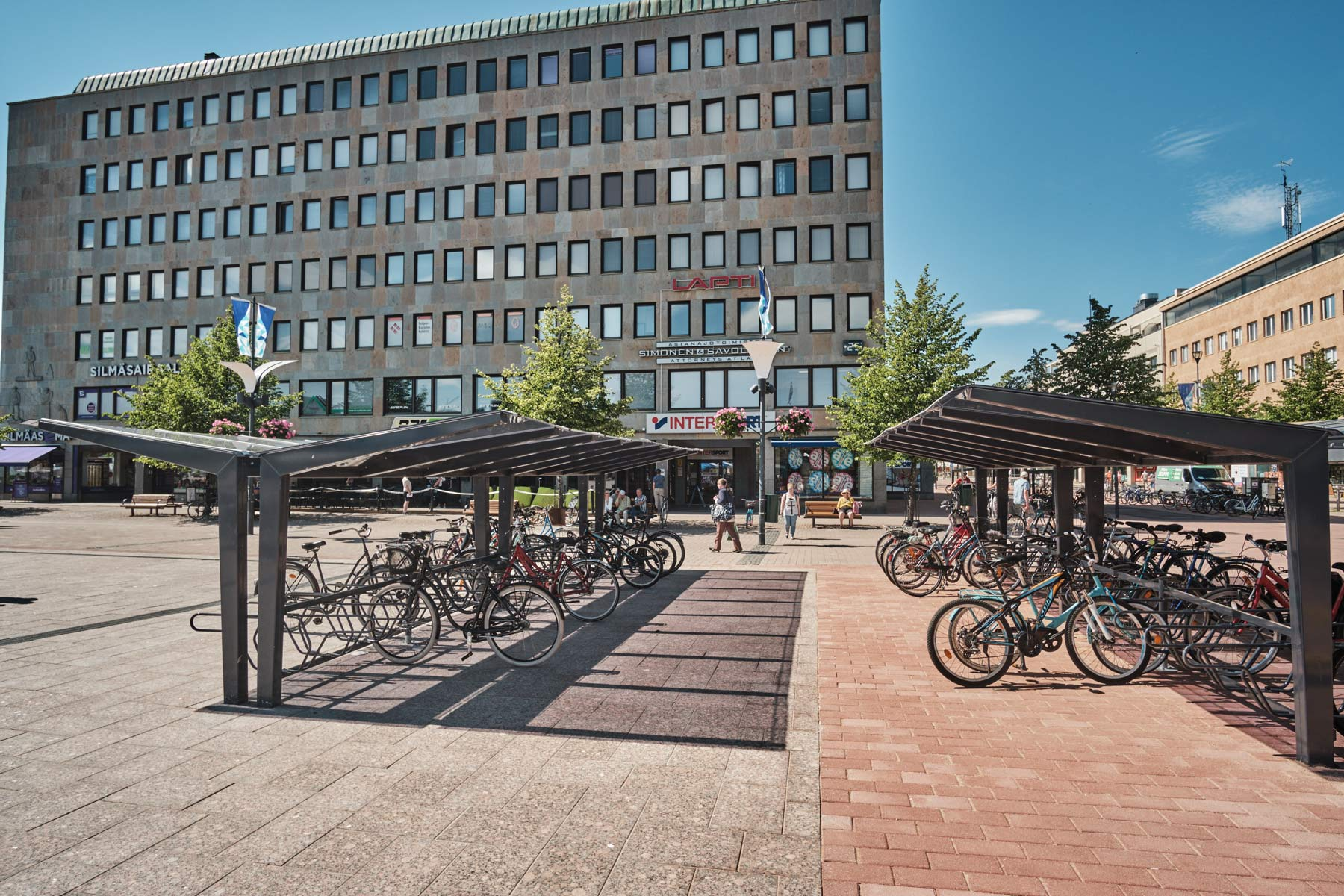Kartiomaiset kattotuolit, lasimainen ja läpinäkyvä katos LIGHT pyöräkatoksella, Joensuun tori kesällä 2019