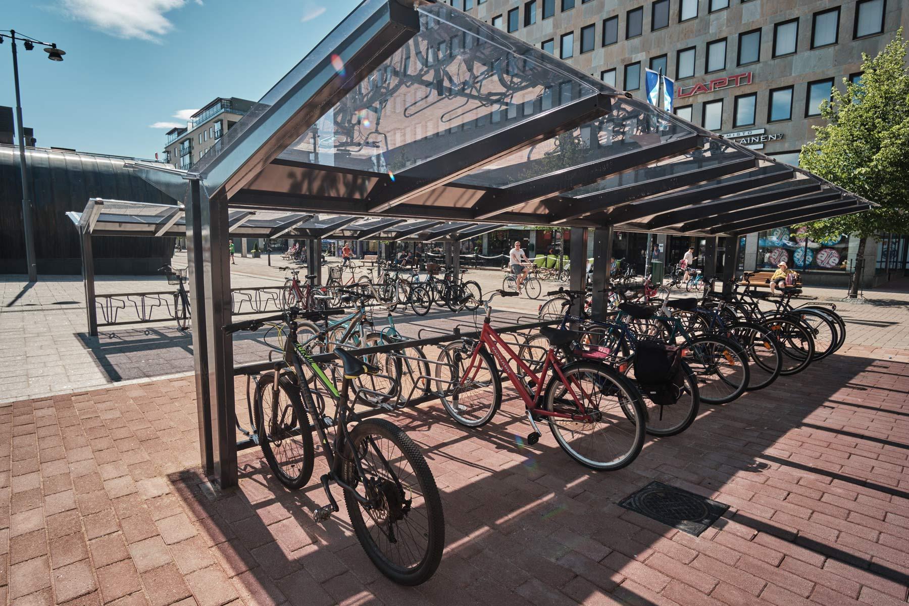 Lasimainen ja läpinäkyvä katos LIGHT pyöräkatoksella, Joensu tori kesällä 2019