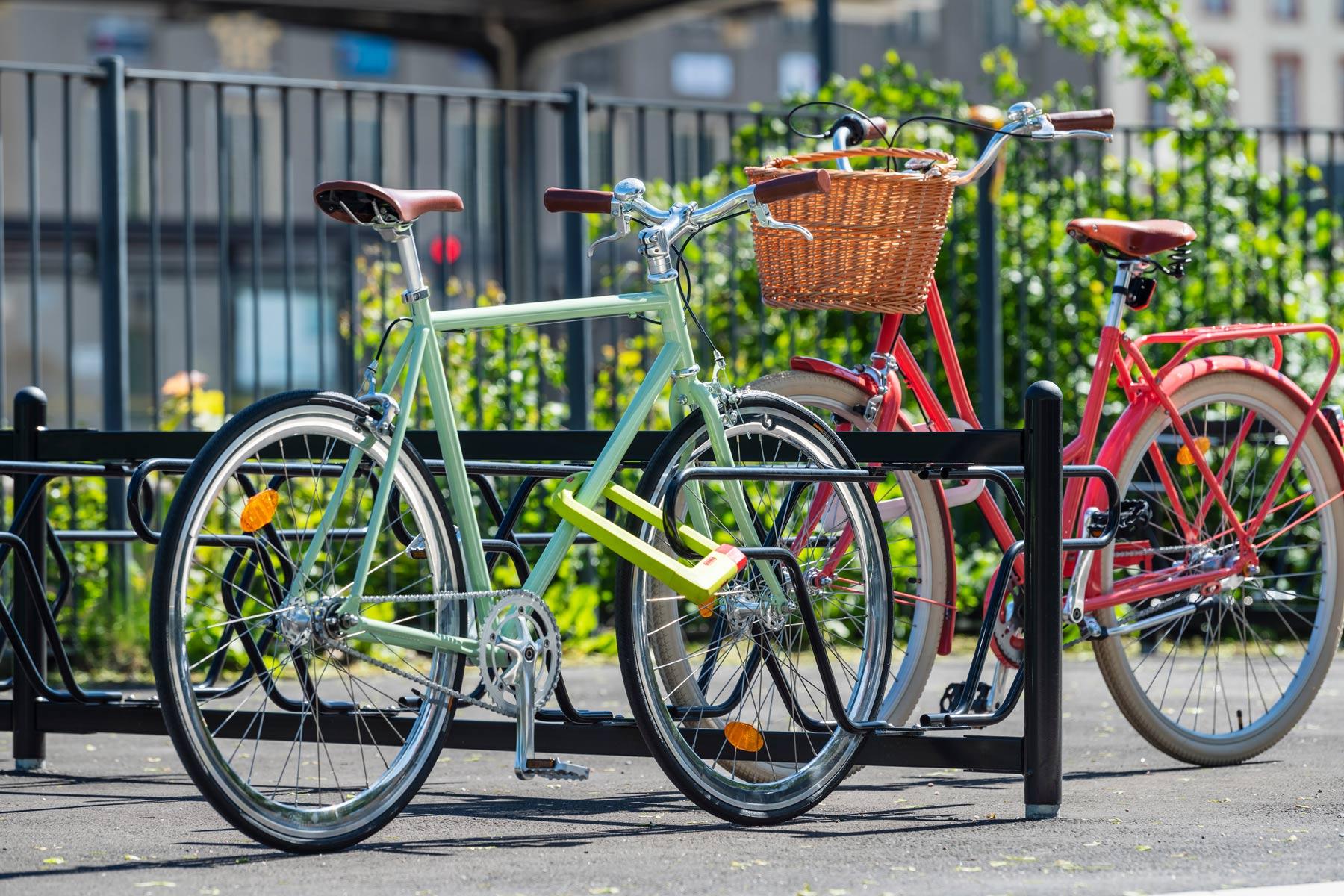 Kaksipuolinen pyöräteline kahdella pyörällä runkolukituksella Cyklokselta