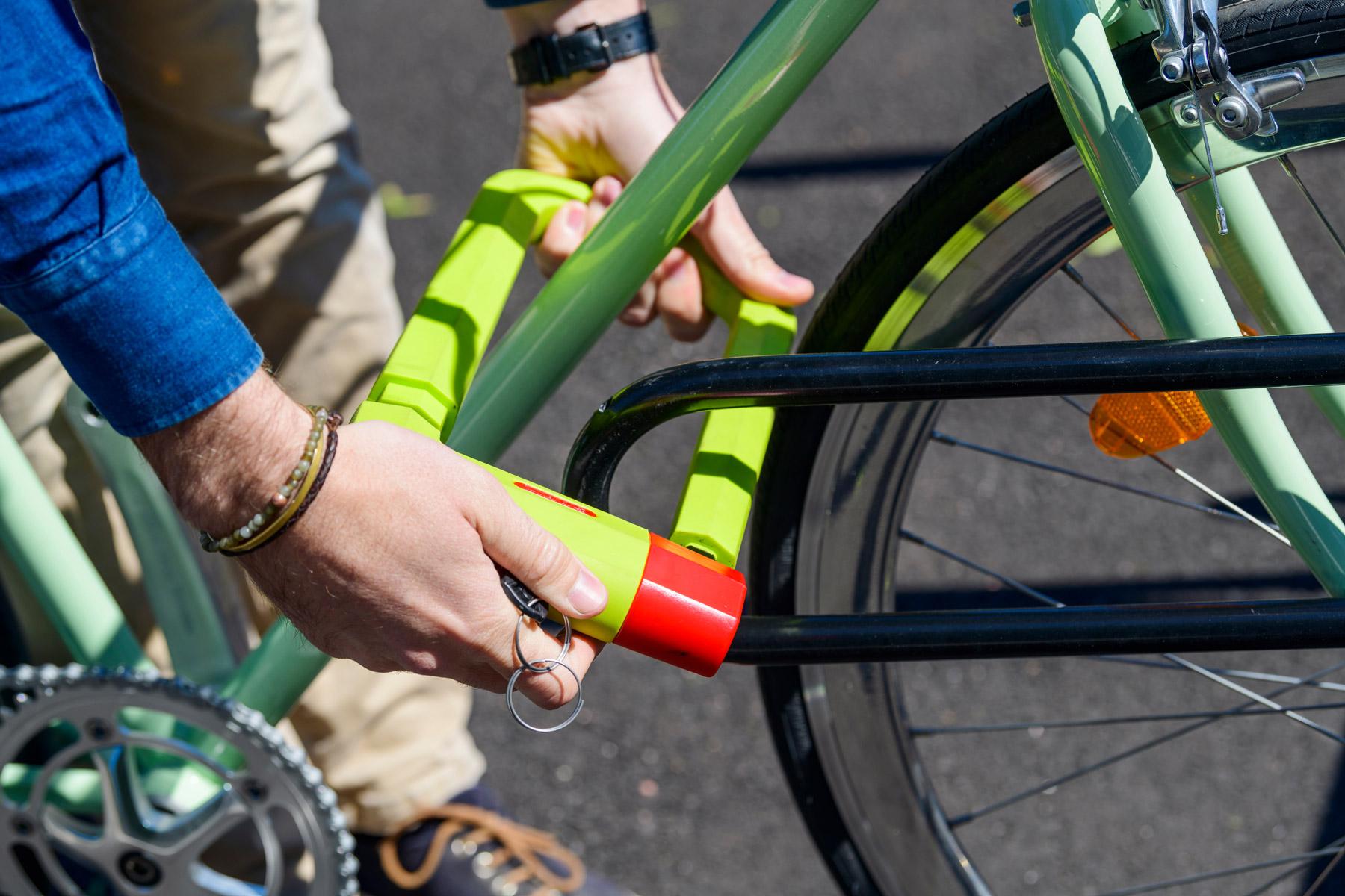 Lähikuva runkolukitustoiminnasta cykloksen DELTA pyörätelineess