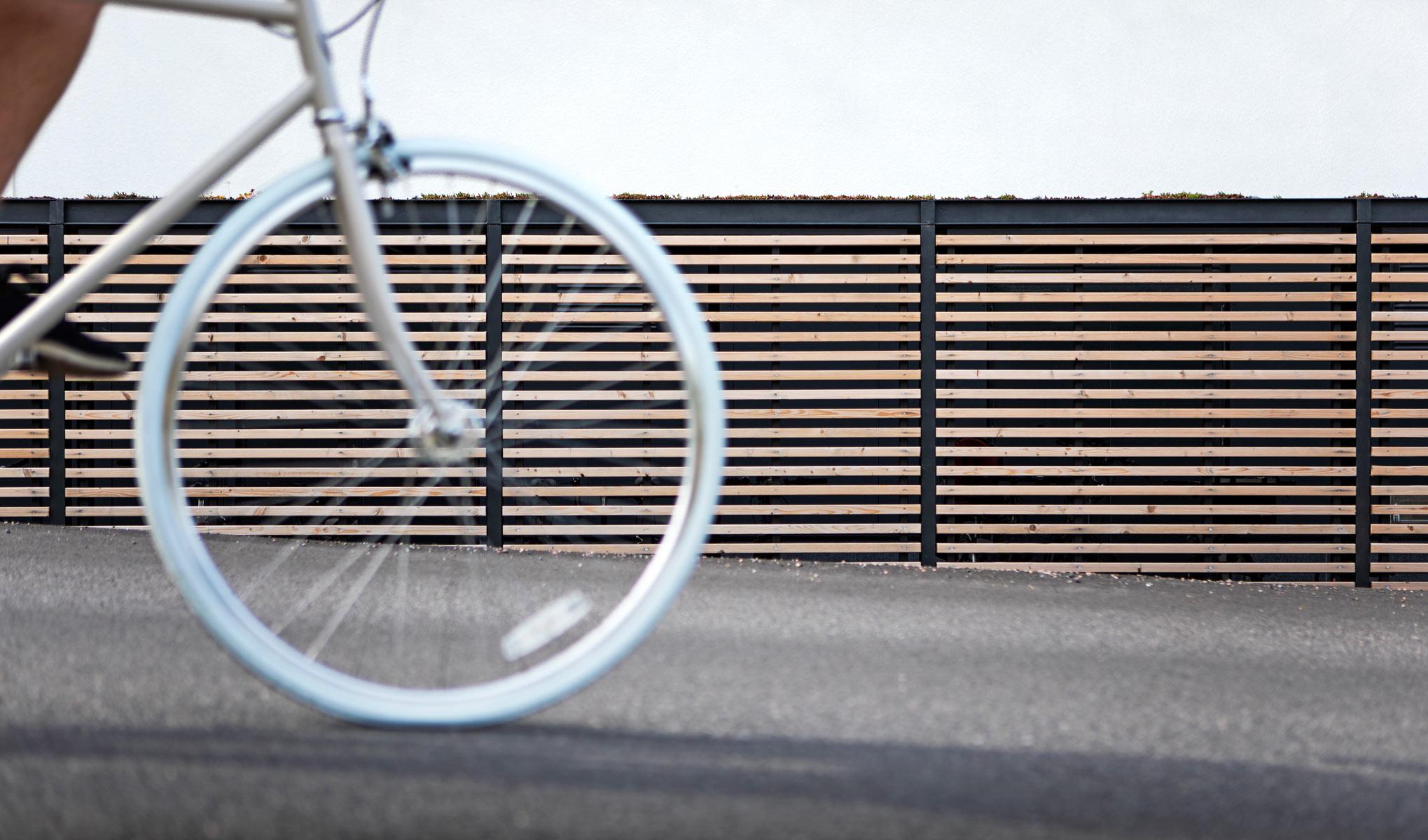 Pyöräkatos puuseinällä