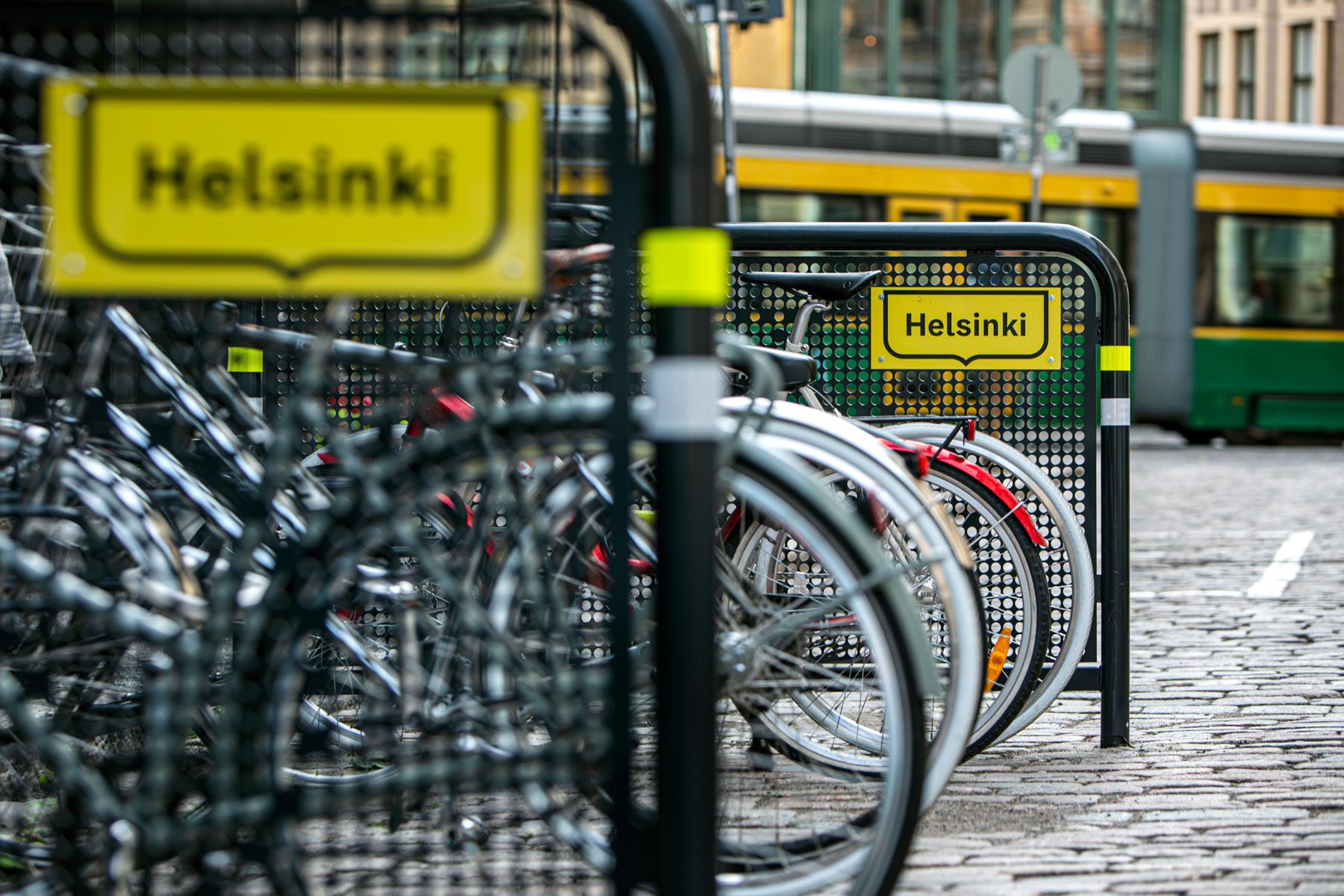 Parkkiruudussa pyöräaitaus