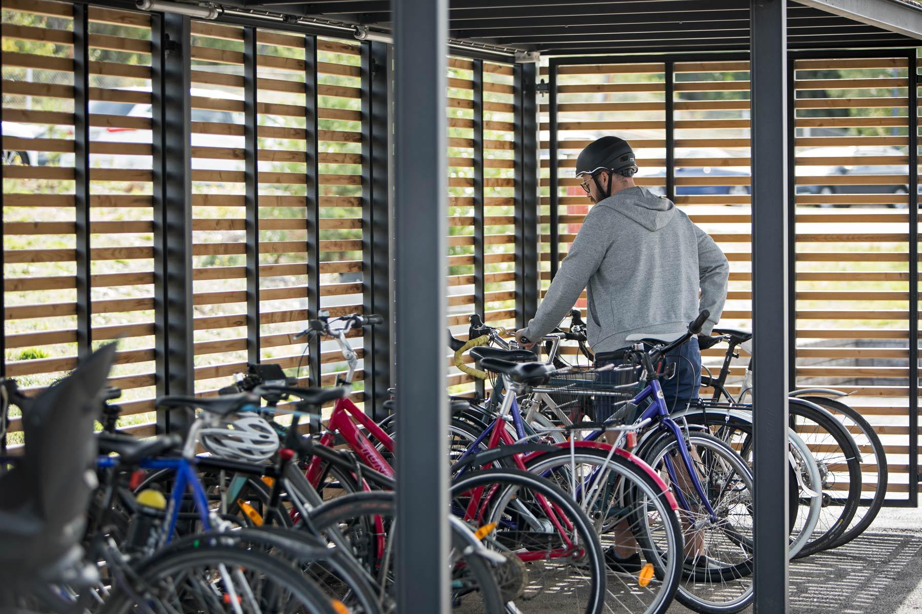 Pyöräkatos seinillä