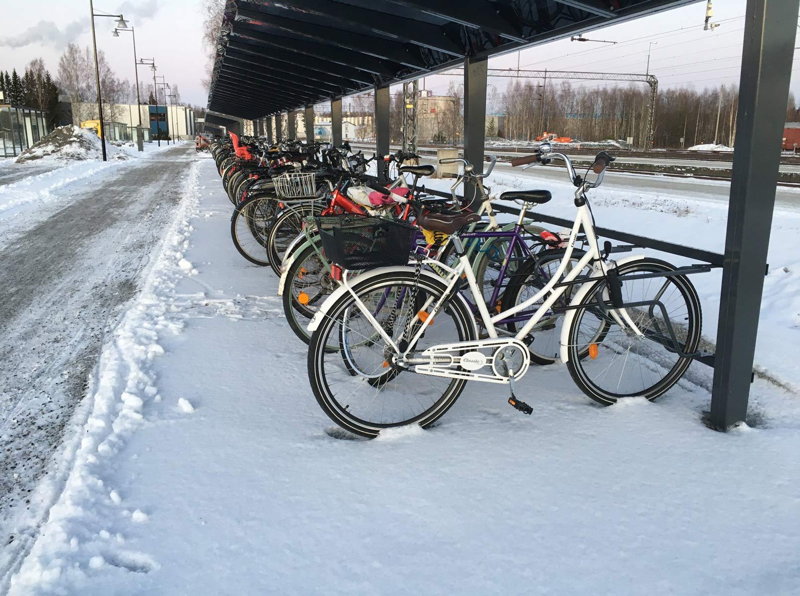 Pyöräkatokset Joenuusn rautatieasemalla