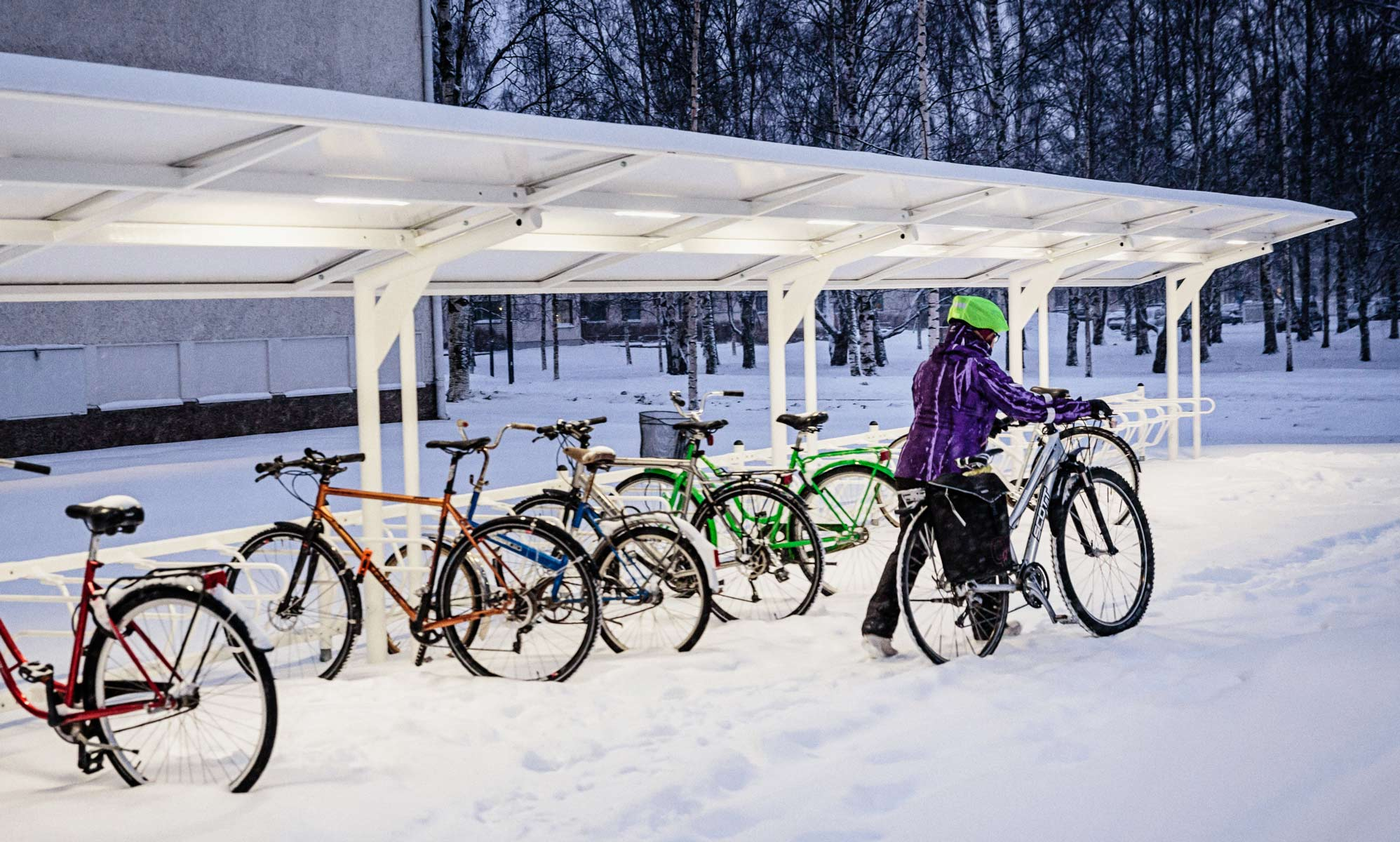 talvipyöräilyä ja pyöränsäilytys katoksen alla