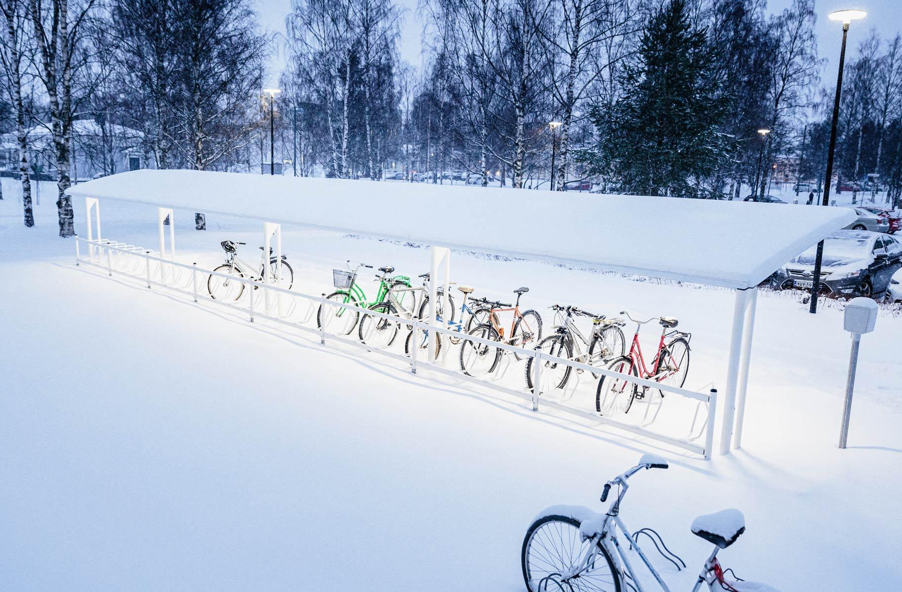 valkoiset pyöräkatokset valaistuksella