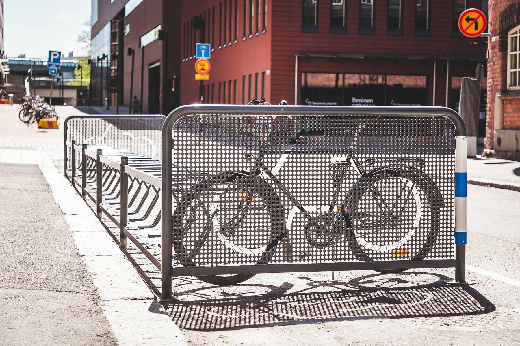 Pyöräteline Tampereella kadunvarrella
