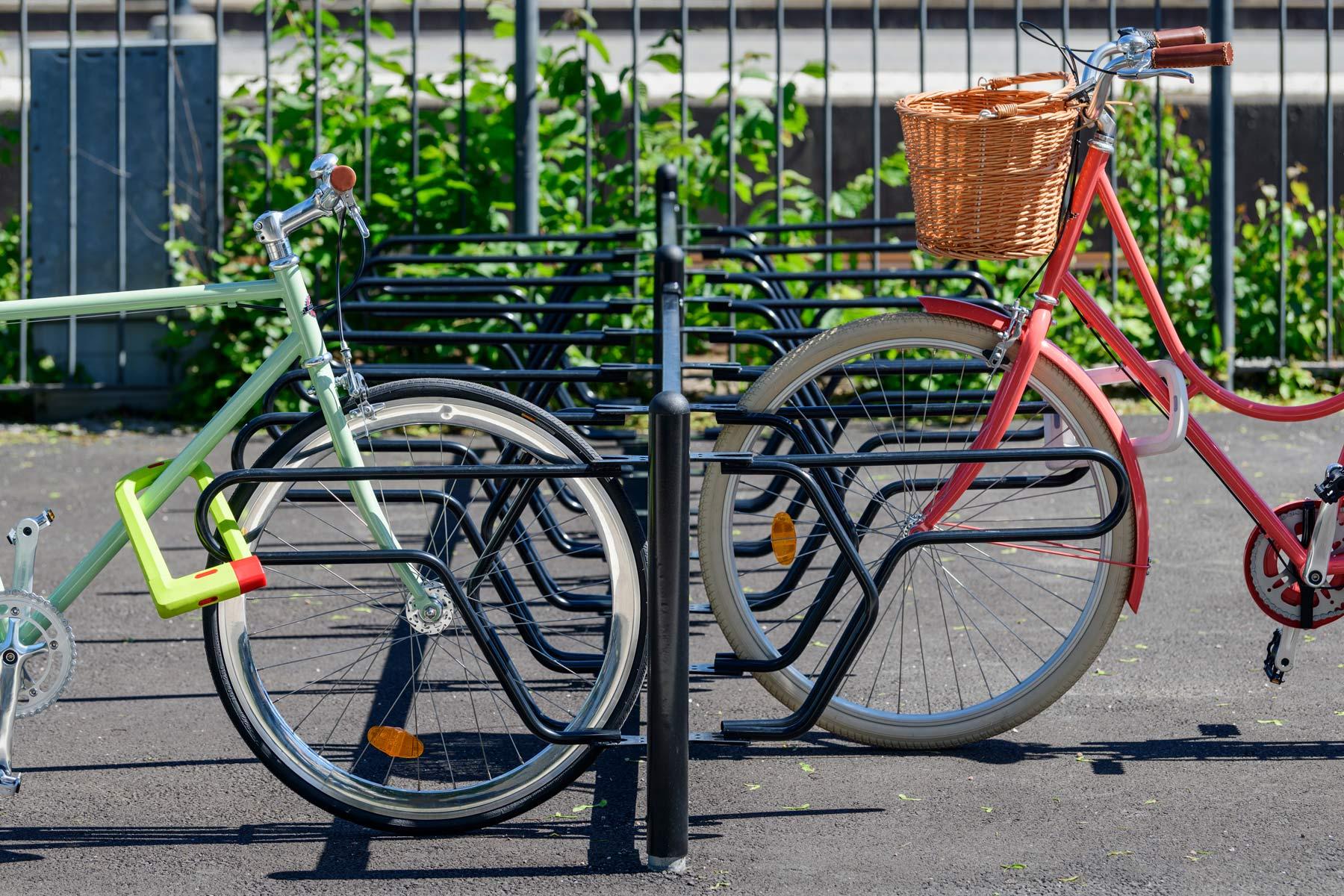 DELTA sykkelstativ med god rammelåsing. Forhjulet på sykkelen kjøres inn i bøylen.