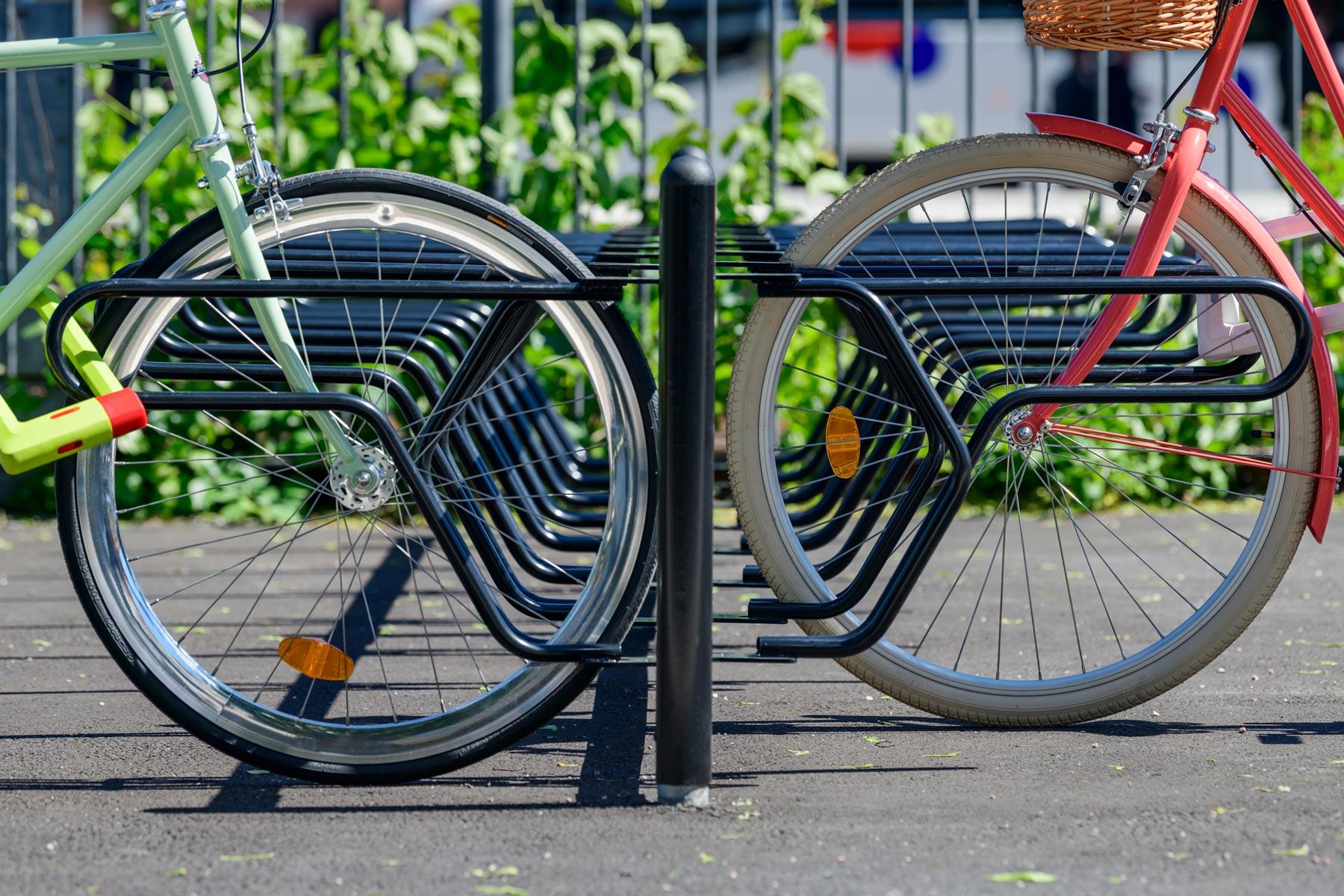 Sykkelstativ med god rammelåsing. Forhjulet på sykkelen kjøres inn i bøylen.