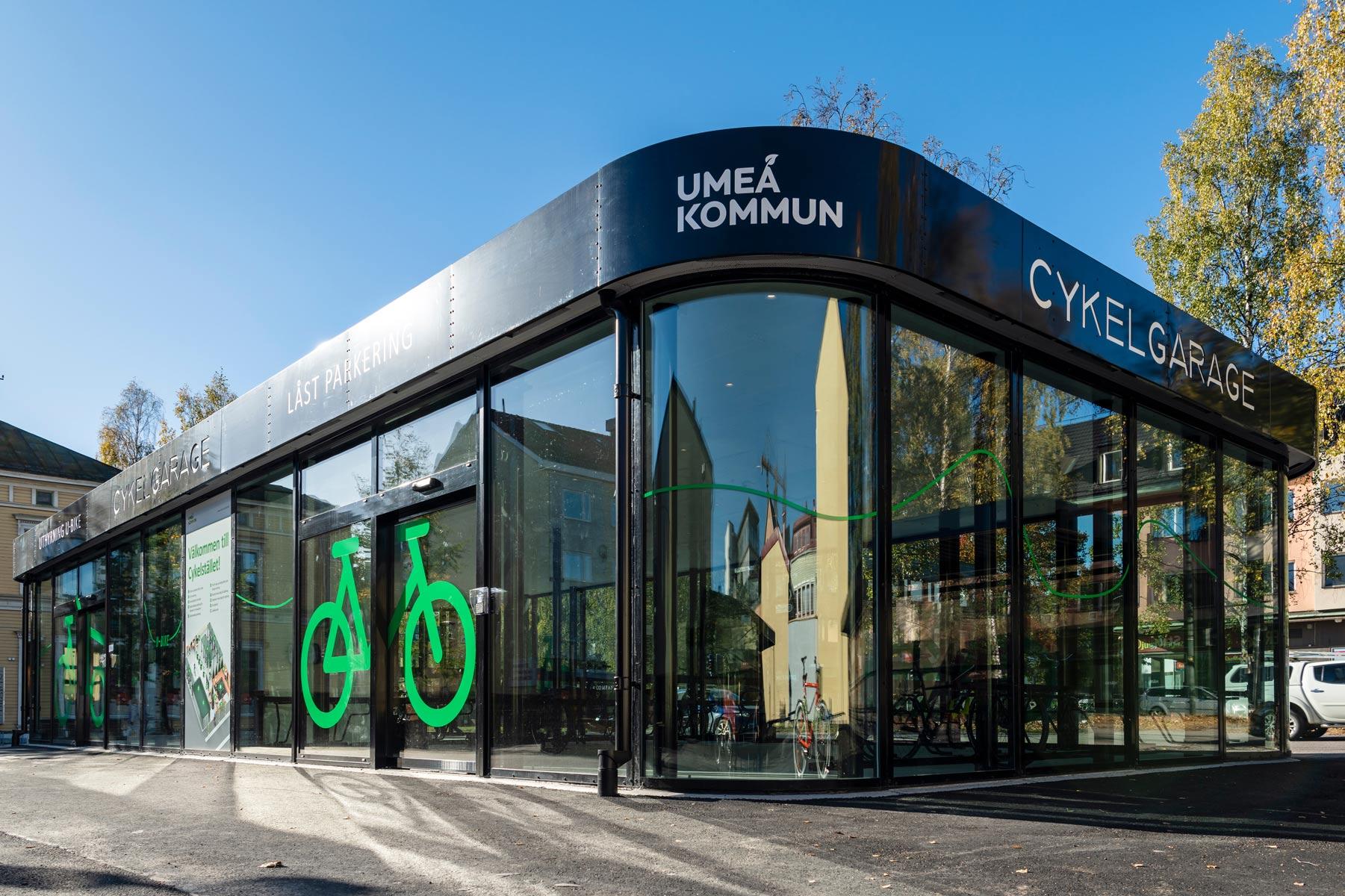 Sykkelhus FLOW i Umeå med runde hjørner og vegger helt i glass