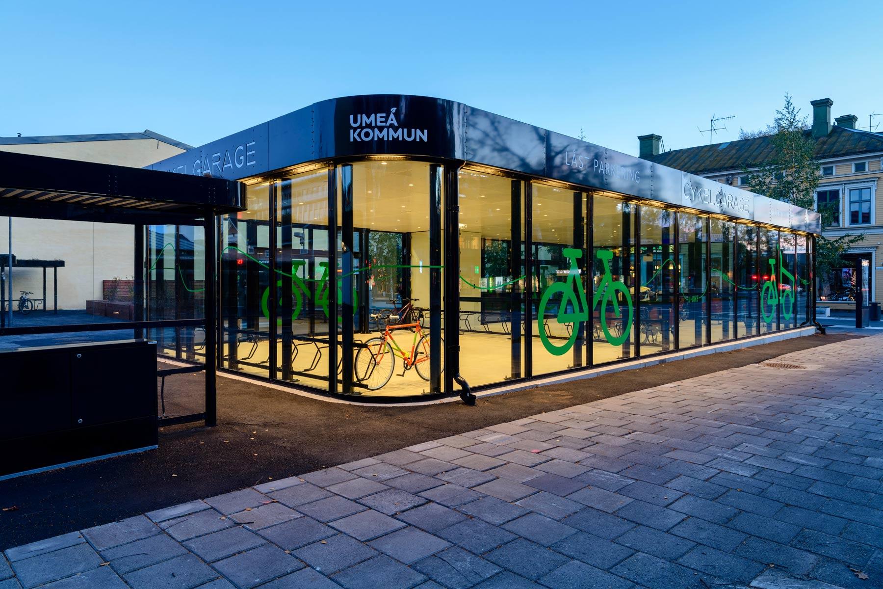 Sykkelhus FLOW i Umeå Sverige med runde hjørner og vegger helt i glass
