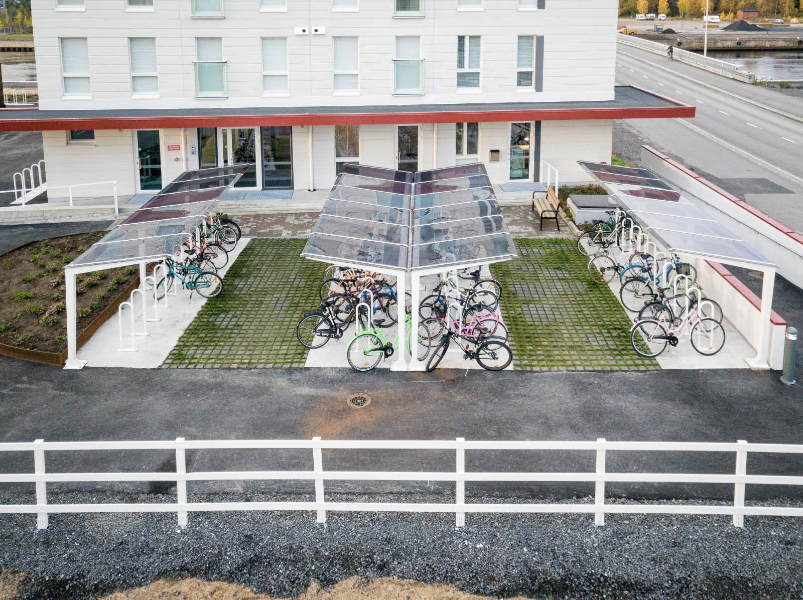 Cyklos LIGHT Cykeltak och väderskydd i Finland med flera parkerade cyklar