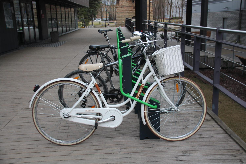 Cykel parkerad i cykelställ BIKEEP