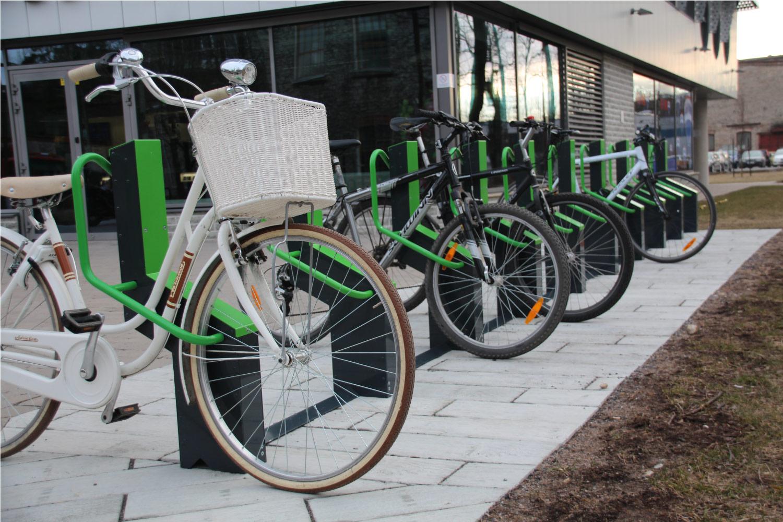 Cyklar parkerade i cykelställ BIKEEP