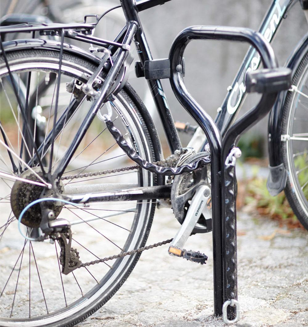 Cykel fastlåst med kätting i BETA cykelpollare från Cyklos