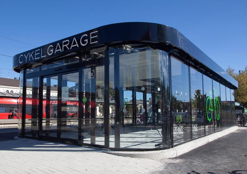 Cykelgarage FLOW med glasväggar och automatisk skjutdörr på tågstationen i Katrineholm