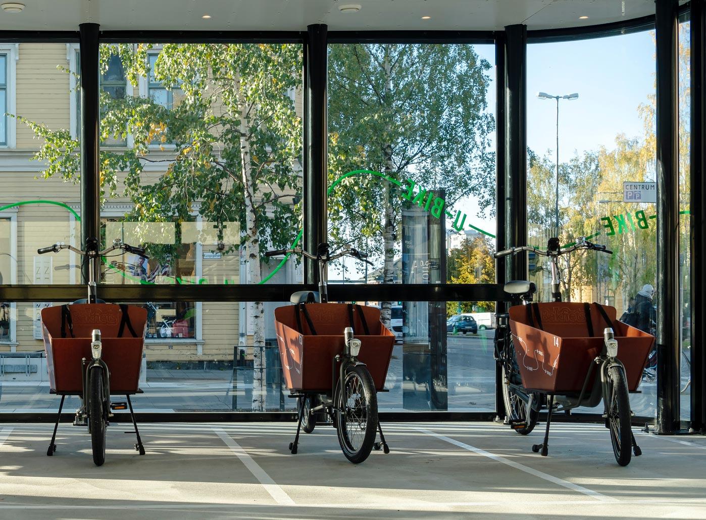 Cykelgarage FLOW med parkerade ellådcyklar