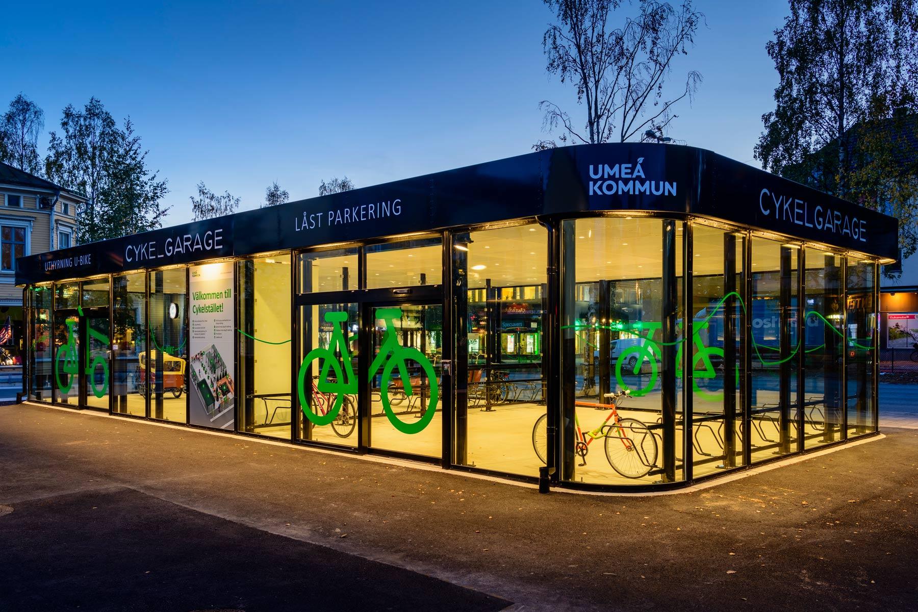 Cykelgarage FLOW för offentlig miljö lyser upp i kvällsskymningen i Umeå