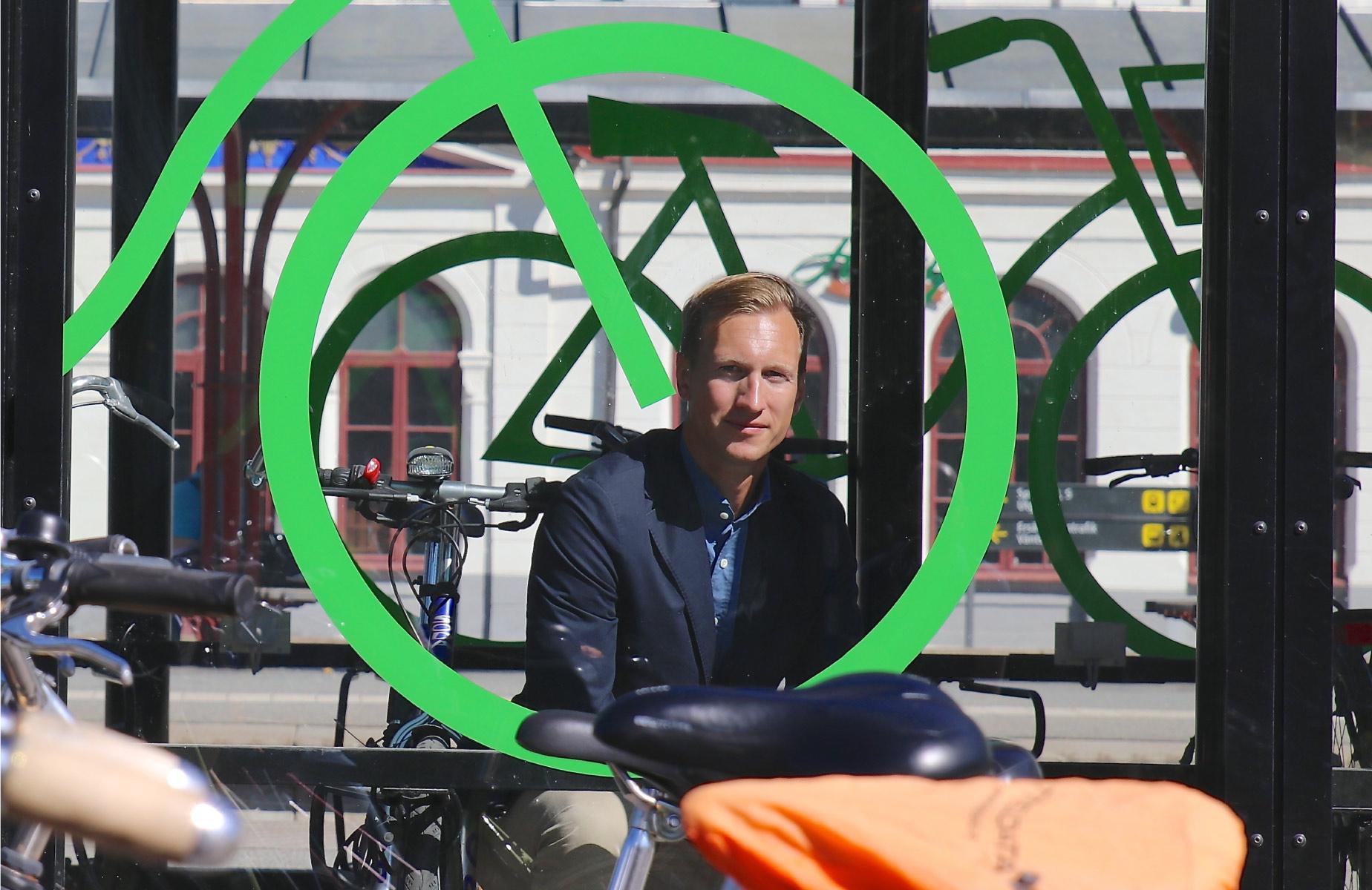 Cyklos VD Johan Persson blir fotograferad genom glaset på FLOW Cykelgarage i Katrineholm inför intervju i Dagens Industri.