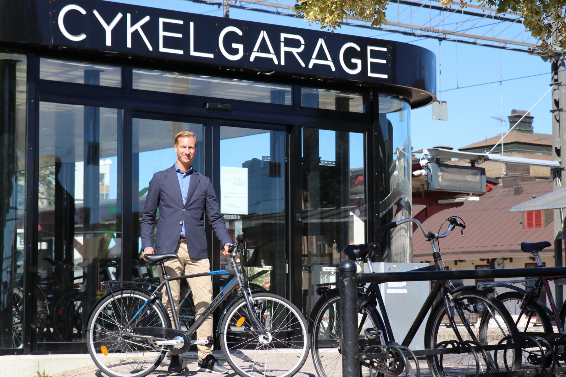Cyklos VD Johan Persson blir fotograferad framför FLOW Cykelgarage inför intervju i Dagens Industri.