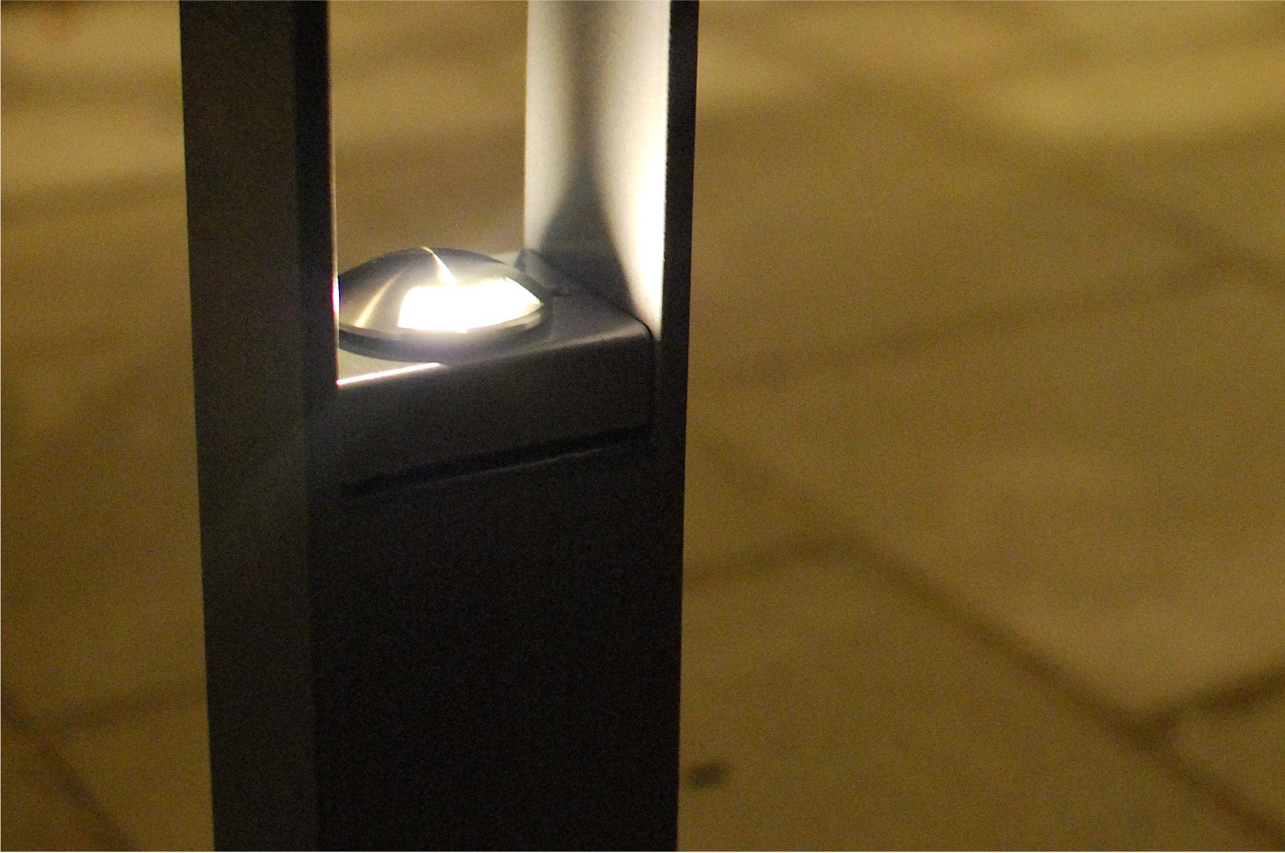 Kvällsbild av cykelpollare LUX från Cyklos med infälld LED-belysning