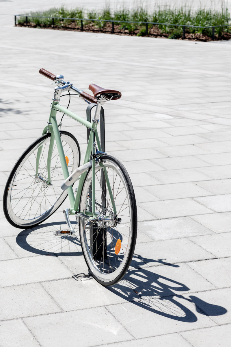 Cykelpollare LUX från Cyklos där det står en grön cykel