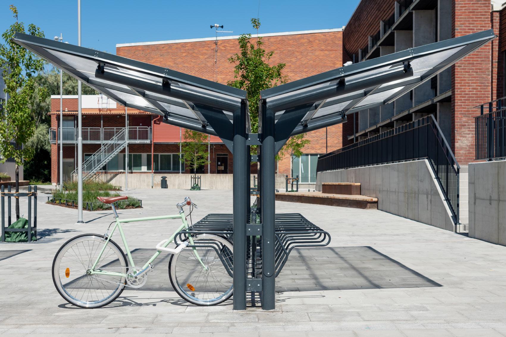 Dubbelsidigt cykeltak YPSILON från Cyklos sett från sidan tillsammans med cykelställ DELTA där en parkerad cykel är fastlåst i ramen