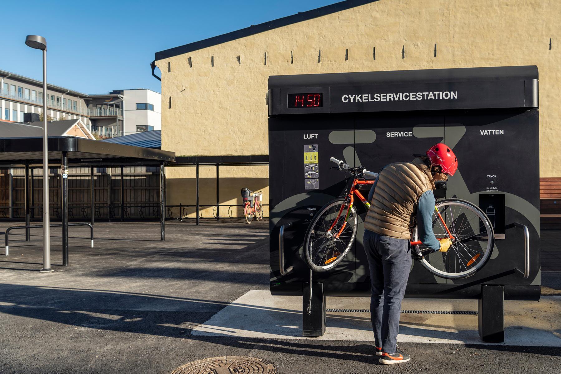 Cyklist mekar med sin cykel på en cykelservicestation från Cyklos