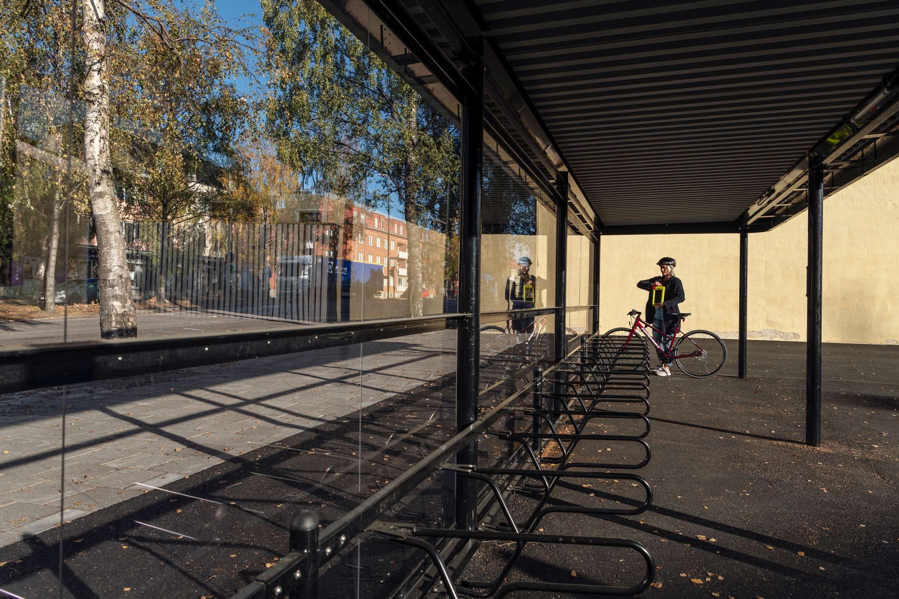 Cykeltak och cykelställ där cyklist ska låsa fast cykel i ramen