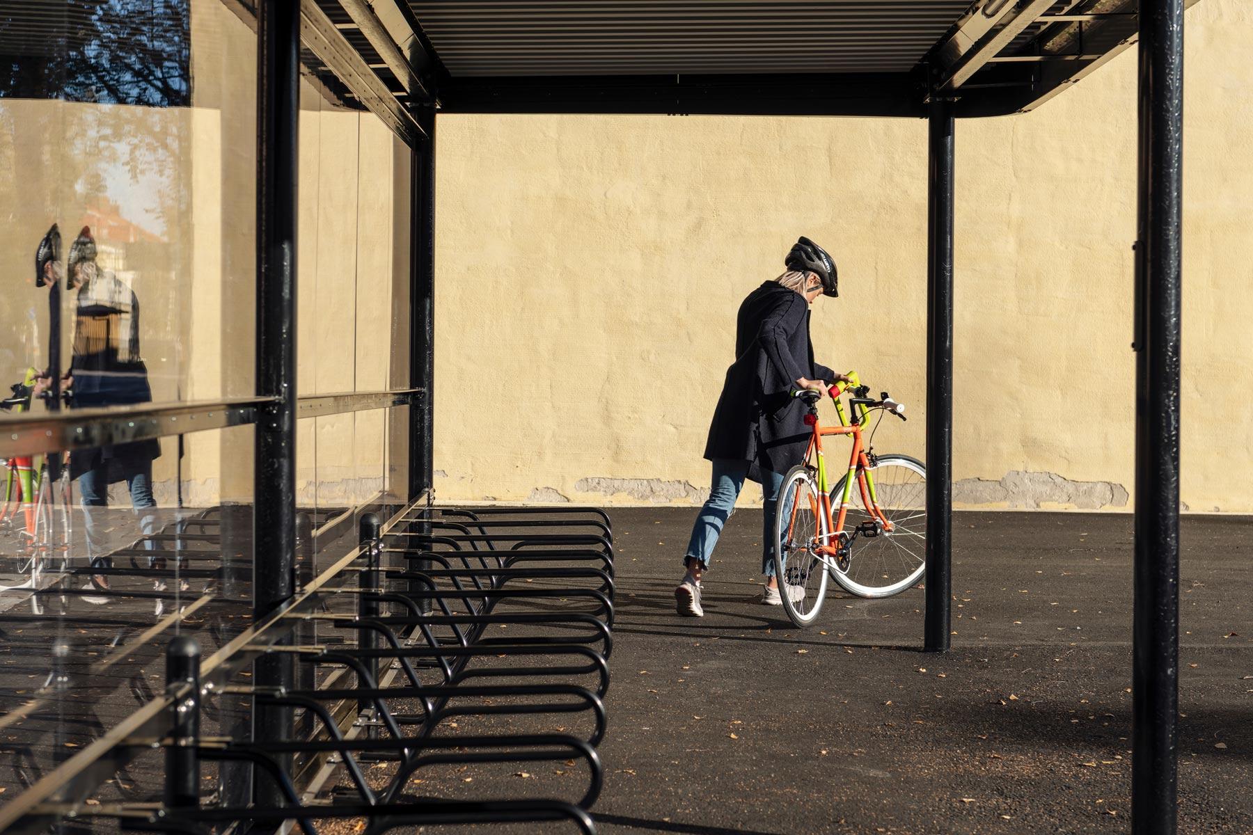 Cykeltak PARK med cyklist som är på väg därifrån