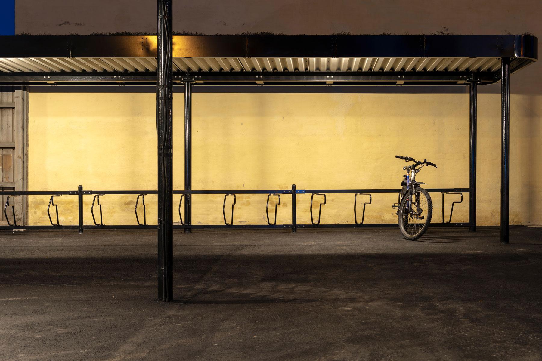 Cykeltak PARK med en parkerad cykel i cykelställ