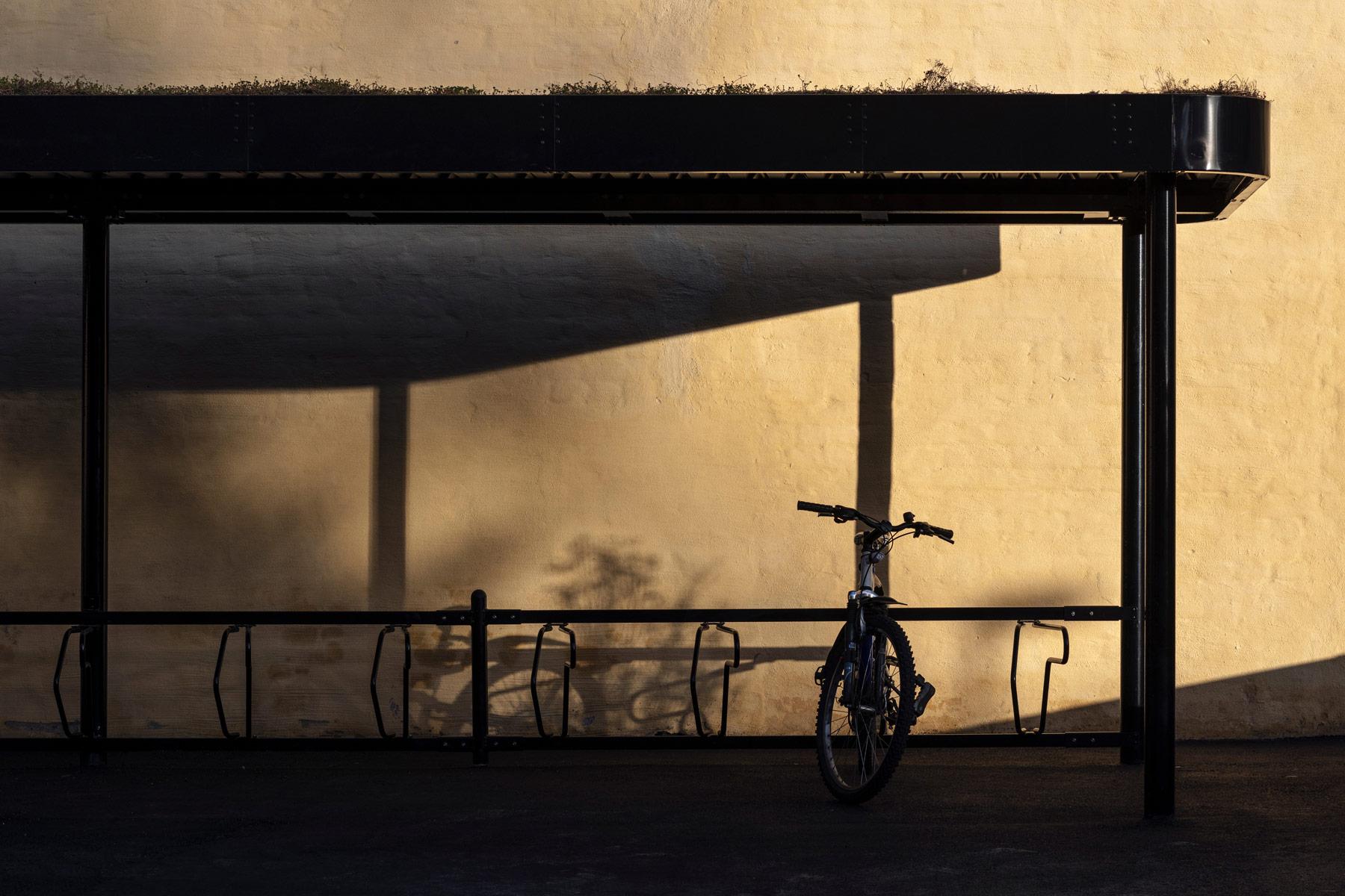 Cykeltak i skymning med cykel parkerad i cykelställ