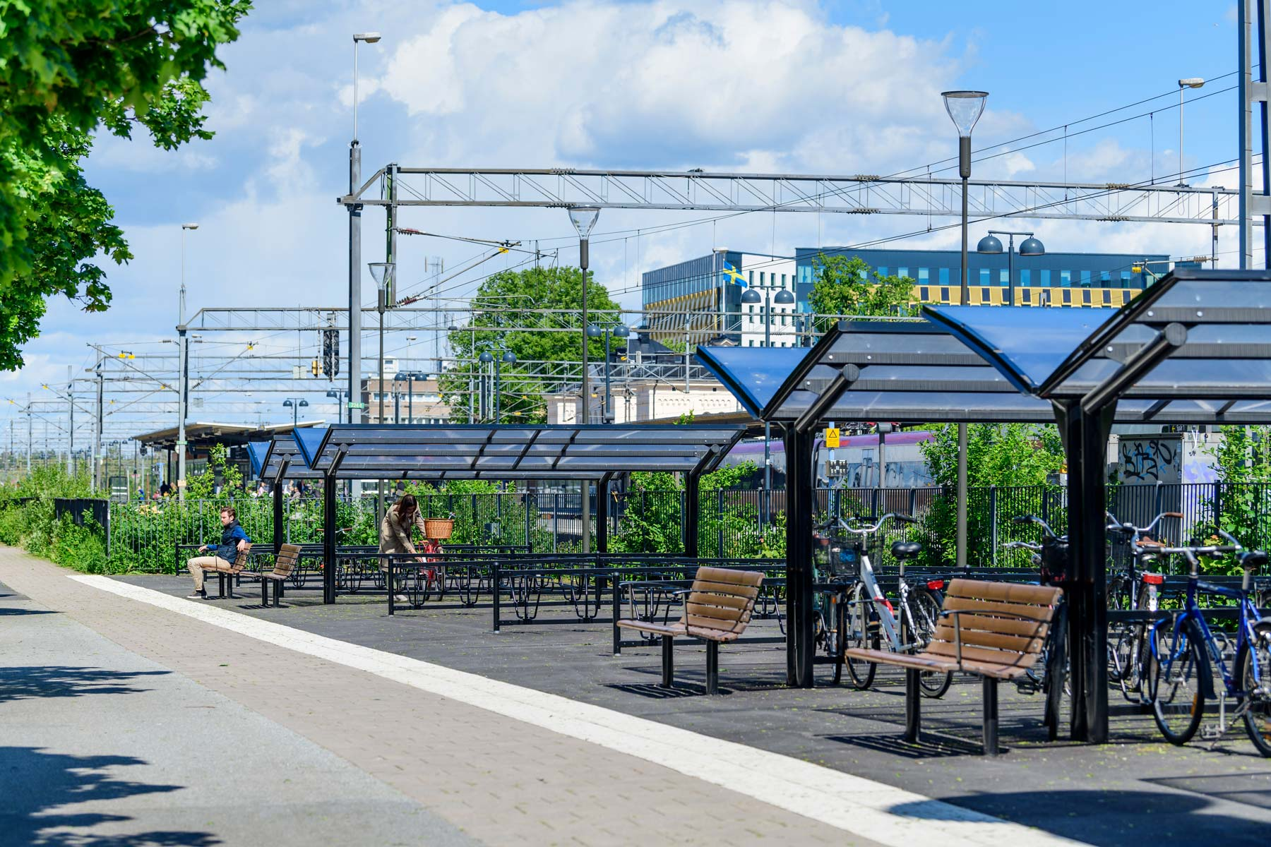 Cykeltak på två sidor utanför Örebro centralstation.