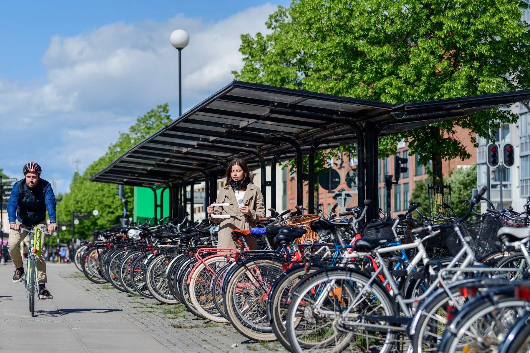 Hållbart cykeltak utanför Örebros centralstation