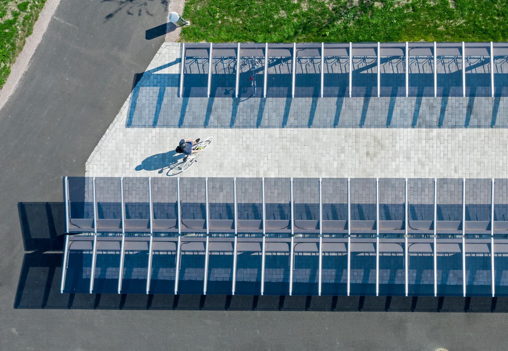 Cykelparkering i offentlig miljö med glastak