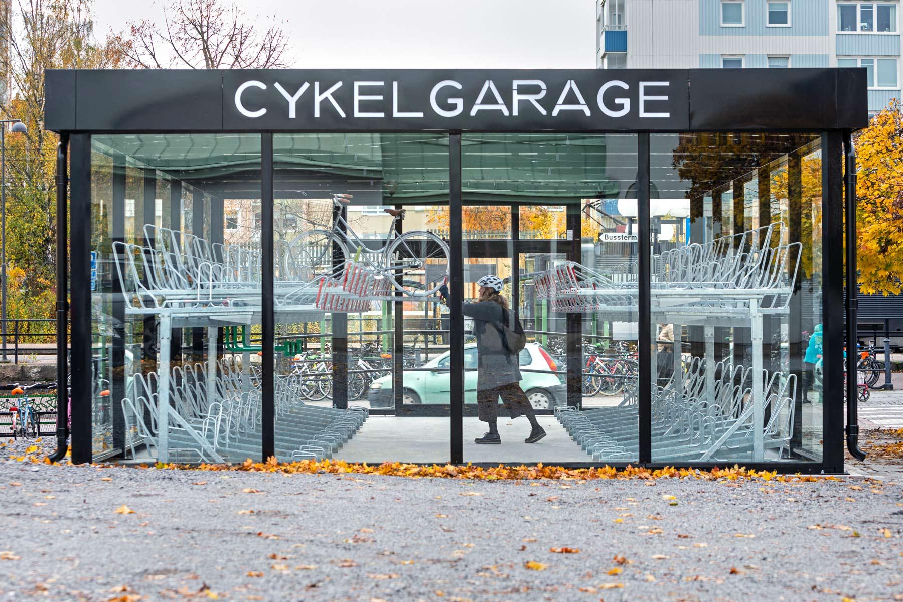 Cykelgarage med glasväggar och tvåvåningsställ