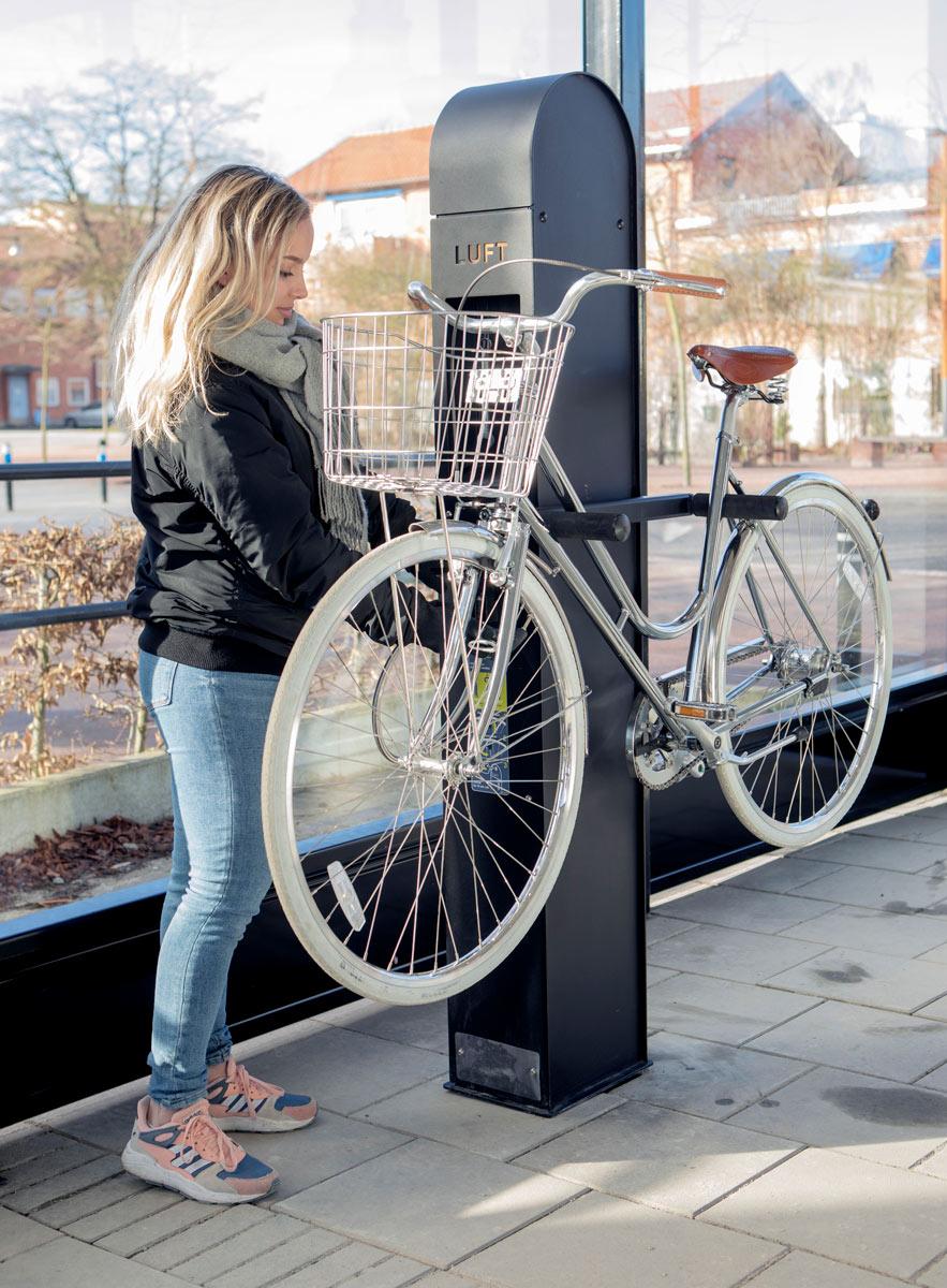 cykelservicestation där man kan pumpa och meka med sin cykel