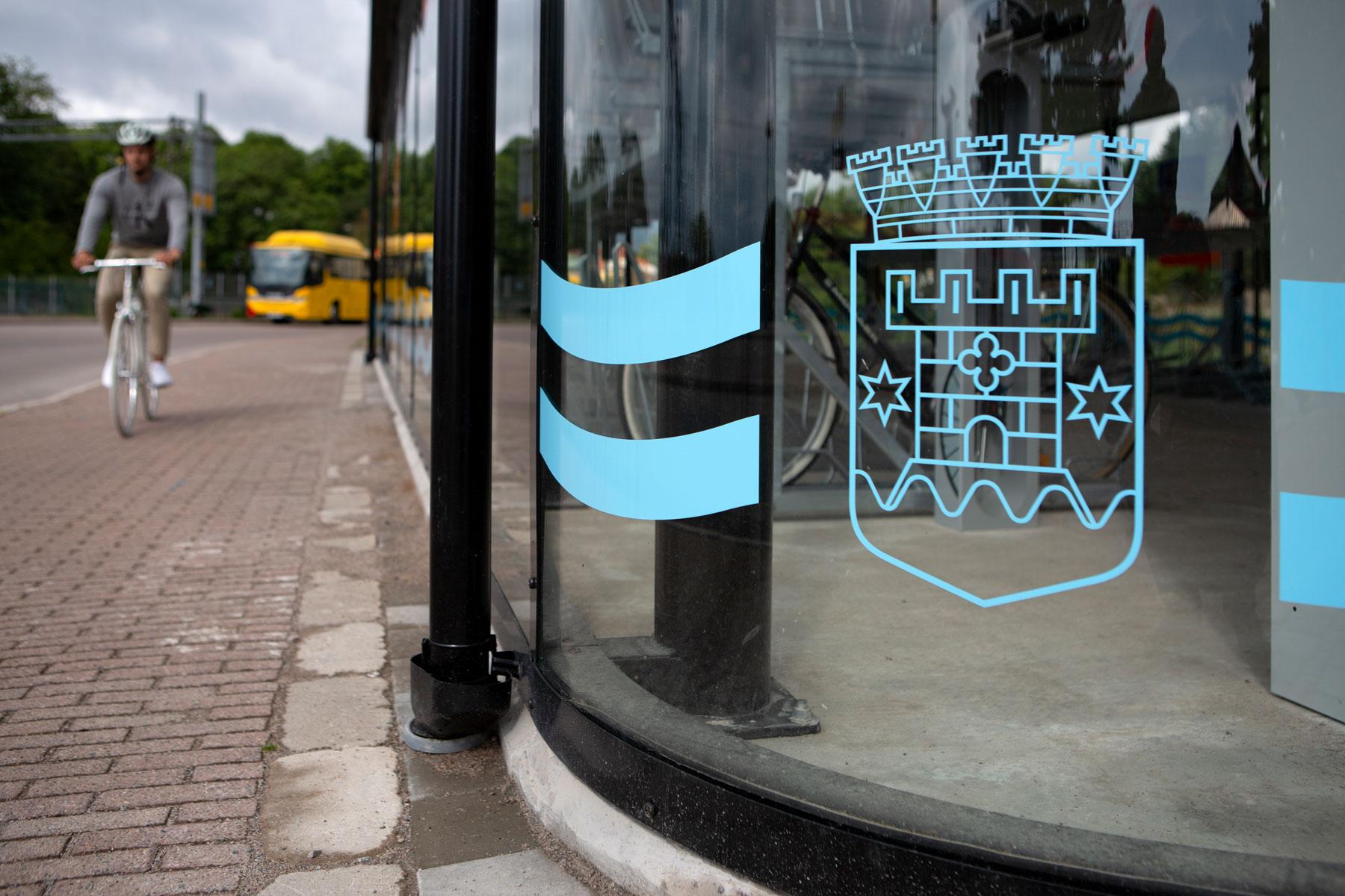 Cykelgarage med kommunlogga