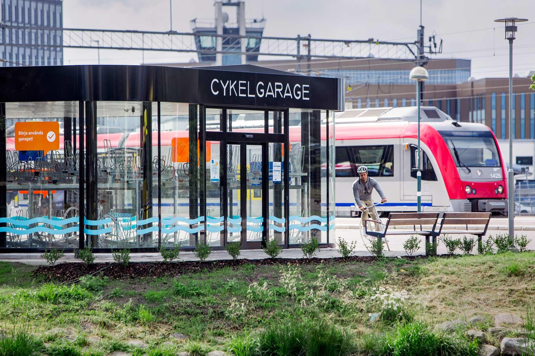 Cykelgarage nära tågstation för snabbt byte mellan färdsätt