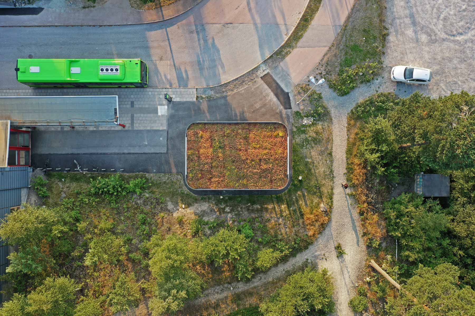 Cykelgarage som har sedum på taket och därmed smälter in i sin miljö